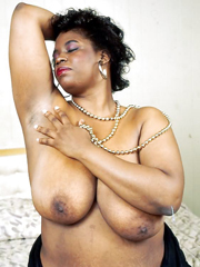 naked ebony mom exposes her honey and waiting your dick